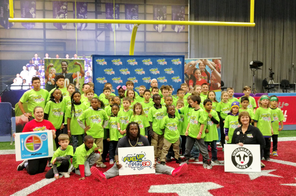 Janet Bremer and Kareem Hunt with Fuel Up To Play 60 students